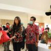 Wagub Kandouw dan Dokter Devi Salurkan Bansos Covid-19 di Minahasa